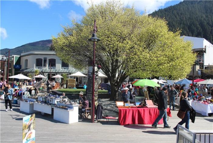 新西兰的皇后镇是一个被南阿尔卑斯山包围的美丽小镇,也是一个依山傍水的美丽城市。皇后镇全处都是观光地点,夏季蓝天艳阳,秋季为鲜红与金黄的叶子染成缤纷多彩的面貌,冬天的气候清爽晴朗,还有大片覆着白雪的山岭,而春天又是百花盛开的日子。四季分明,各有着截然不同的面貌。市区附近的瓦卡蒂普湖是座深而蓝的高山湖。