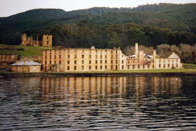 亚瑟港历史遗址(Port Arthur Historic Site)拥有 30 多个建筑、废墟和重新修建的仿古房屋,这座监狱从 1830 年投入使用,1877 年荒废。在此期间,关押在此的囚犯大约有 12,500 名,对多数人来说,这里就是人间地狱。