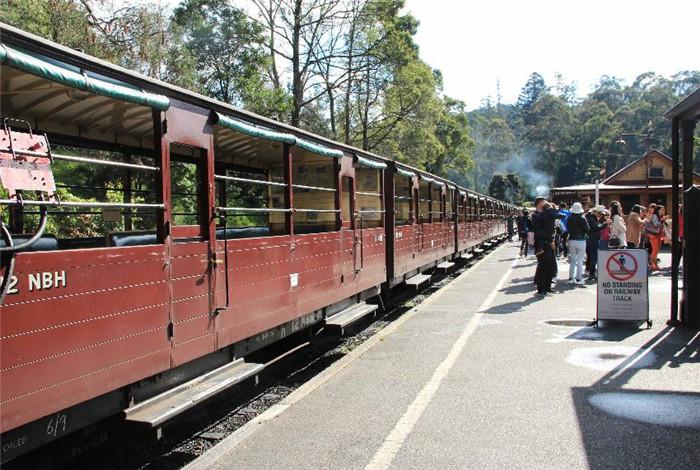 普芬比利铁跌的管理人员,都是老年志愿者自发组成,井井有条,是世界上保留最好的蒸汽铁路之一