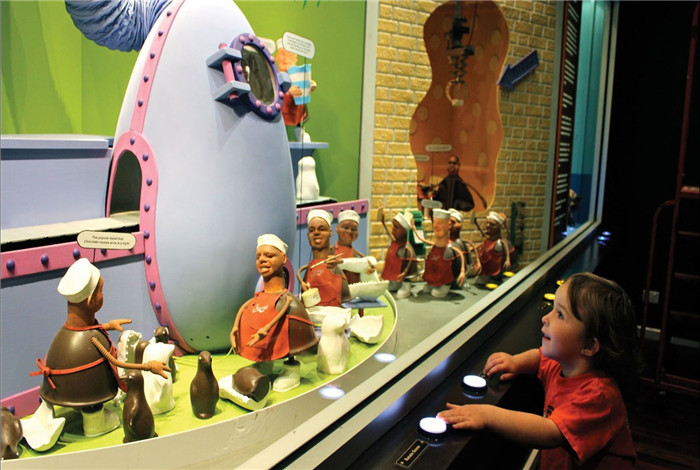 """神奇巧克力世界,你能亲眼目睹可可制作教育展览、绘画巧克力""""美术馆""""、2米高的米开朗琪罗""""大卫""""塑像、震耳欲聋的巧克力瀑布、巧克力机、巧克力巨块、巧克力村庄等梦幻场景。"""