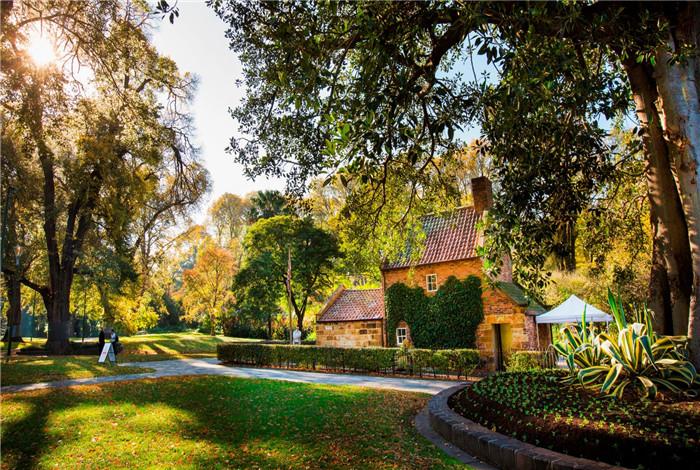 菲兹洛伊花园是墨尔本市区5大花园之一,位于东墨尔本的惠灵顿大道,绿树葱葱,鸟语花香,带着浓厚的英国乡村浪漫色彩。