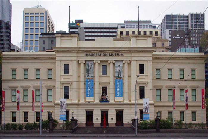旧国会大厦建于1855年,其实当时是为维多利亚殖民区议会而建,1901年澳大利亚联邦刚成立的时候,澳大利亚未能确定首都的地点,因此在随后长达26年的时间里,墨尔本被当作澳大利亚的临时首都