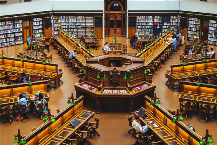 维多利亚州立图书馆位于澳大利亚维多利亚州墨尔本市中心,是世界上最大的图书馆之一,也是澳大利亚最古老的公共图书馆,州内顶级的参考和研究图书馆,它是了解世界信息的门户。