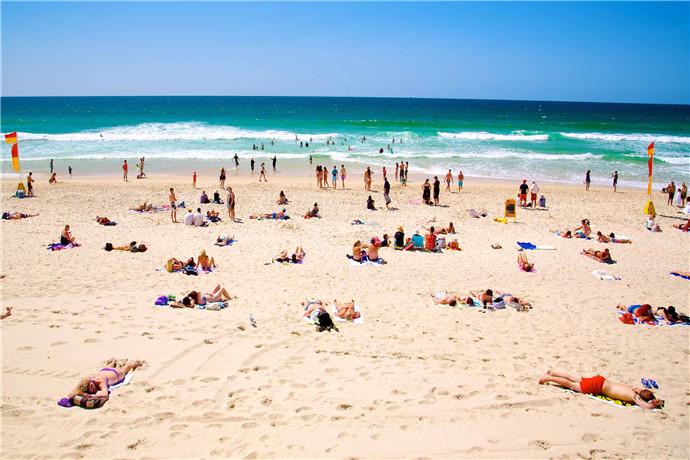 主海(Main Beach)是黄金海岸三大海滩之一,距离黄金海岸市区所在的冲浪者天堂(Surfers Paradise)约8公里车程;和冲浪者天堂适合冲浪不同,梅恩海滩更适合游泳,海滩有防护暗礁环绕,海岸50米范围内最适合浮潜;可以在海滩上租到浮潜装备,俯伏冲浪板和玻璃底独木舟。