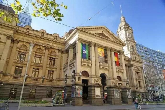 墨尔本市政厅位于墨尔本的市中心,斯旺斯顿街和科林斯街东北转角,由当地著名建筑师约瑟夫·里德设计,为第二帝国风格。里德的作品还包括维多利亚州立图书馆、皇家展览馆和墨尔本贸易大厅。