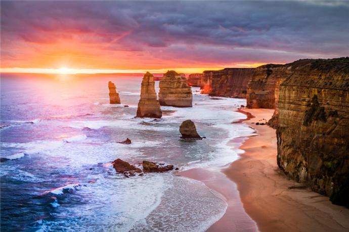 """十二门徒石(或称""""十二门徒岩"""")位于澳大利亚墨尔本海岸沿线,这里有一处被称作""""十二门徒石""""的奇岸怪壁。"""
