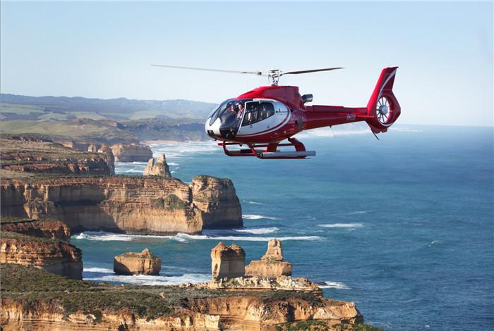 """十二门徒石是墨尔本西南部约220公里外,是澳大利亚大洋路的著名地标。大洋路被称为""""世界上风景最美的海岸公路"""",乘坐直升机,俯瞰大洋路美景,也是一件享受。"""