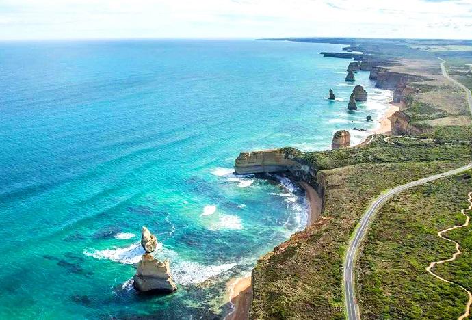 """大洋路被称为""""世界上风景最美的海岸公路"""",紧靠着维多利亚南部海岸而行,长约320公里,是澳大利亚政府为第一次世界大战中牺牲的战士而建。"""