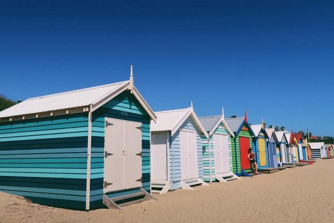 沙滩上有五颜六色的小屋,游人如织,冲浪、潜水、日光浴,各种活动非常精彩。是墨尔本网红必打卡点之一。