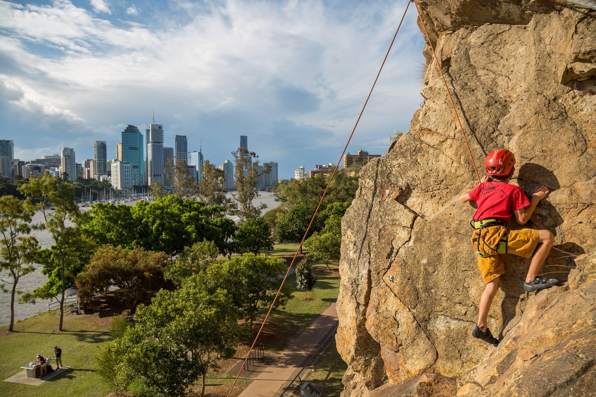 袋鼠角悬崖公园是摄影爱好者拍摄布里斯班风景的好去处,在这里可以将布里斯班河北岸繁华的市景、河上停泊的游艇、市立植物园中茂密的绿色植被尽入眼底。除了广阔的景致,袋鼠角悬崖还是一处在昆士兰州乃至整个澳大利亚都很有名的攀岩胜地。