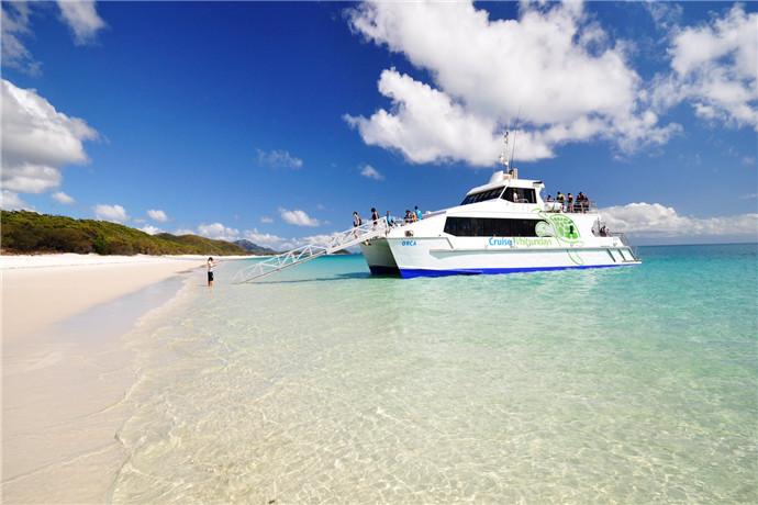 白天堂海滩(Whitehaven Beach)位于圣灵群岛(Whitsundays)中最大的惠森迪岛(Whitsunday Island)东侧,绵延七公里,沙子细腻绵密,呈现无暇的白色,踩上去好像踩在一层层柔软的白糖上一般,洁白的沙滩与海岸的红树林和湛蓝的海水相辉映,形成美轮美奂的纯净绝美景色。