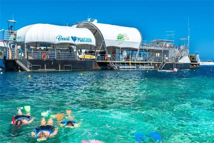 哈迪大堡礁是天然的海洋公园,这里生活着许多稀有的和濒临灭绝的物种,同时有超过百余种不同类型的珊瑚礁石,千余种鱼类,4000余种软体动物以及242种鸟类,更是大量的鲸鱼,海豚及儒艮的栖息地;每年有成千上万来自世界各地的旅客慕名而来,探索这个自然奇景。