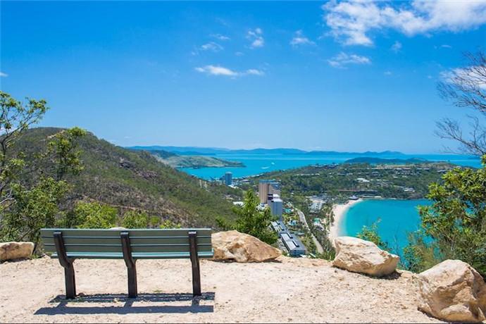 站在汉密尔顿岛的独树山可以欣赏到圣灵群岛上的精华美景。东边望去是猫眼湾到圣灵岛。西边望去可以看到丹特岛(Dent Island),恒宁布丁岛(Henning & Plum Pudding Island)至圣灵水道,和长南摩尔岛(Long & South Molle Island),直到澳洲大陆为止。