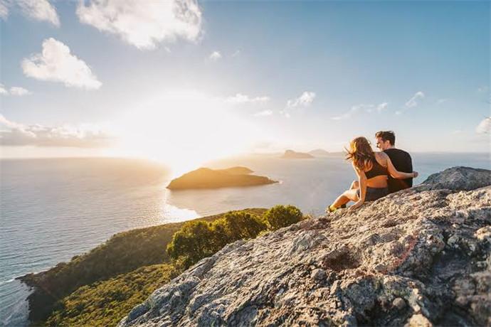 独树山(One Tree Hill)是汉密尔顿岛最高处,可远眺大海与堡礁。山顶有一座白色小亭子,很多婚礼会在此举行。在一树山观景最佳时间是黄昏,因此,此处在下午4点30分还设有咖啡吧供游人观赏夕阳下的绝美景色。