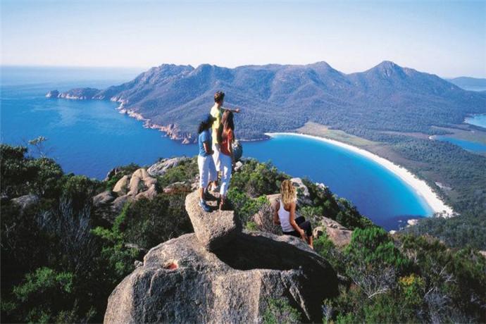 酒杯湾(Wineglass Bay)位于塔斯马尼亚州东海岸的菲欣纳半岛(Freycinet Peninsula)上的菲欣纳国家公园(Freycinet National Park),往西南距塔斯马尼亚州首府霍巴特(Hobart)约168公里车程。