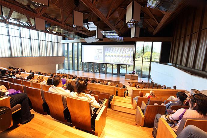 昆士兰大学有6个学院、8个跨学科研究所,在昆士兰州各地还设有100多个科研和教学基地,其中包括赫伦岛和斯特拉德布鲁克岛的海洋研究站、矿物研究中心、地震台站、加顿的兽医和农业科学教学与研究中心、市中心昆士兰大学商学院、Long Pocket的社会科学研究中心、教学医院、医疗中心以及其他医学研究所。