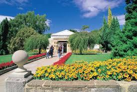 塔斯马尼亚皇家植物园(Royal Tasmanian Botanical Gardens)位于霍巴特市中心的皇后保留地(Queens Domain),建于十九世纪初,园中有许多珍贵树木,有些的树龄甚至可追溯到十九世纪。植物园有一个游客中心,其中有一家餐厅、纪念品商店和画廊。