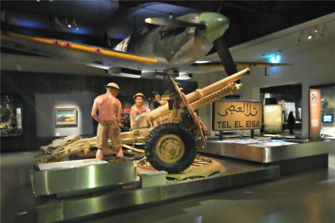 每一个展厅内都陈列着大量战时的兵器、图片、模型等;在二战的展厅中甚至还陈列着被击沉的潜入悉尼湾的日本海军微型潜艇。