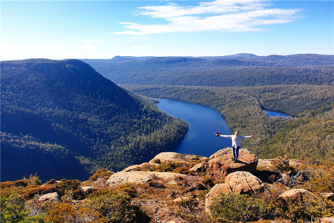费尔德山国家公园是澳大利亚塔斯马尼亚的一座国家公园,位于霍巴特西北方向64公里。景观多样化,从桉树温带雨林到高山沼泽,其最高点为海拔1,434米的费尔德山。
