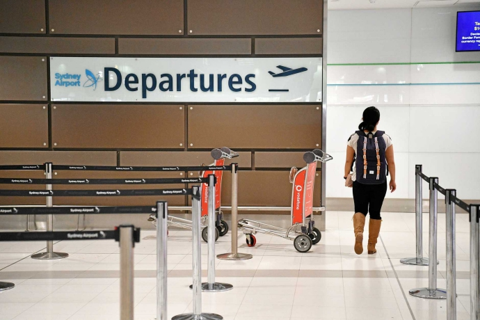 在国际航班安检站,除了要将笔记本电脑、所有液体、喷雾剂、以及凝胶类物品拿出,还需将所带的粉状物质拿出,并分别放入托盘中,进行X光检查。将衣袋中所有零散物品及其它物品放入随身行李包。