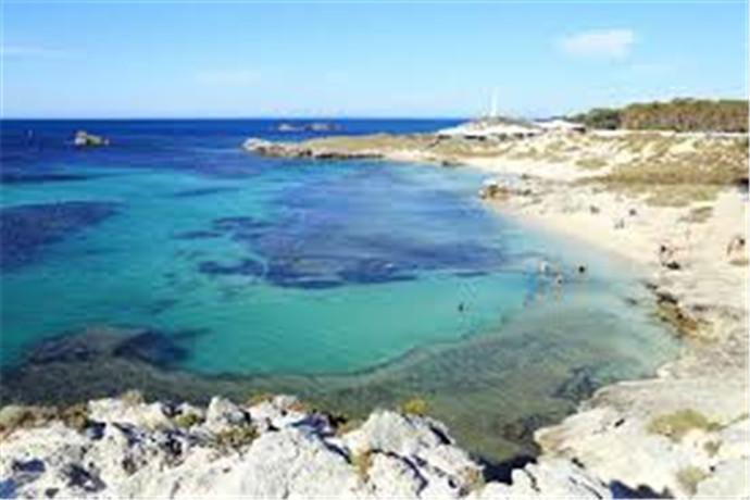 珀斯 (Perth) 的田园诗般的岛屿游乐场洛特尼斯 (Rottnest) 距离大陆仅仅一个短短的渡轮航程,却远离城市喧嚣。一个如此小的岛屿,一个没有车辆、无忧无虑的 A 级保护区竟能使短短一天充满欢乐。