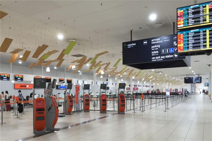 黄金海岸机场的自助登机办理处, 数百台机器全天候运转 ,为登机旅客提供最便捷的出行服务 ,比起传统人工办理登机手续 ,这些自助登机柜台大大降低了排队等待的时间 ,旅客可以在3-5分钟内快速自行办理好登机牌 ,自助托运行李后即可前往安检登机;