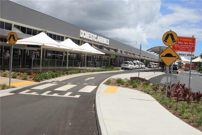 黄金海岸国际机场(Gold Coast International Airport)是澳大利亚最为繁忙的机场之一;机场入口处在黄金海岸的Bilinga地区,机场跑道跨越了新南威尔士州和昆士兰州,是澳大利亚发展建设以及旅客增长最快的机场之一。
