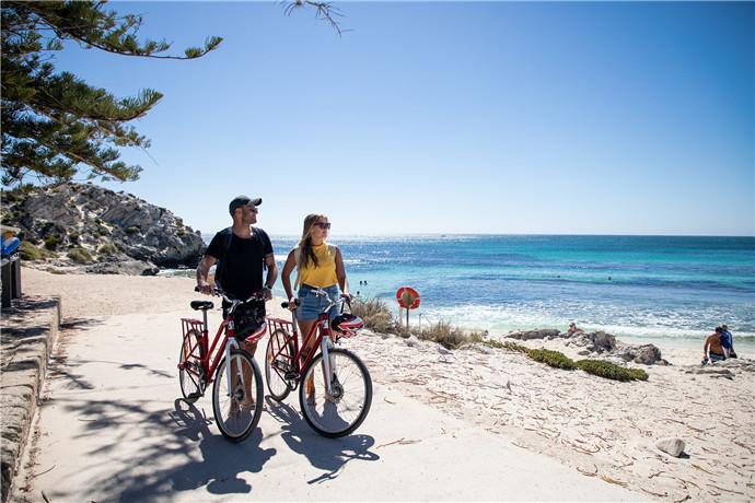 它的海岸上的 63 个让人惊叹的海滩,20 个美丽的海湾和许多珊瑚礁和沉船,邀请你来享受一些澳大利亚最佳的游泳景点、浮潜径和冲浪点。