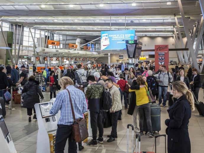 第二航站楼位于机场的东北面,原为安捷航空专用的国内航站楼,设有12个附有登机桥的停机位。现时主要供维珍澳洲航空、捷星航空、虎航和部分Qantaslink的国内航班使用。