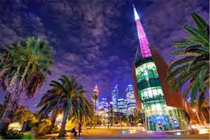 位于巴拉克广场 (Barrack Square) ──在市区与天鹅河 (Swan River) 相遇之处,钟楼 (The Bell Tower) 距市中心仅五分钟步行路程──使其成为珀斯 (Perth) 最受游客欢迎的景点之一