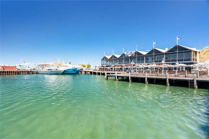 作为珀斯(Perth)的邻近港口城市,弗里曼特尔(Fremantle)(人们亲切地称之为弗雷奥)距离珀斯(Perth)只需驱车或乘坐火车 30 分钟。或者,您可以从巴拉克街乘坐渡轮沿着天鹅河(Swan River)悠闲地游览。