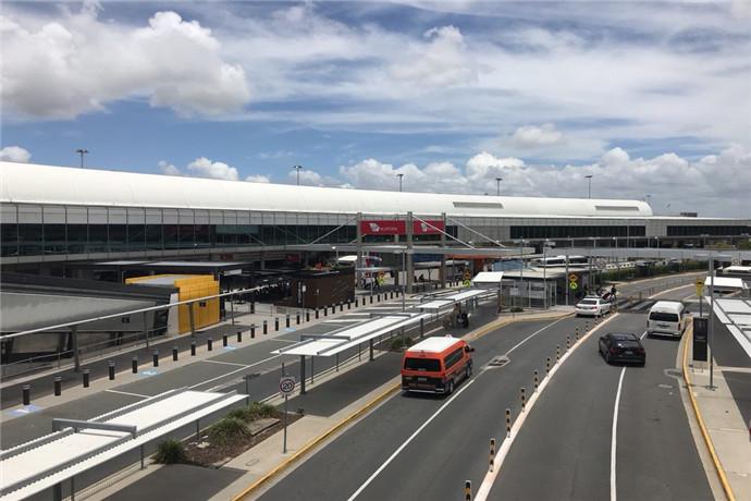 布里斯班机场提供一系列免费巴士,穿梭于两个航站楼、Skygate购物中心、DFO折扣店和机场停车场(AirPark)为旅客提供便利。