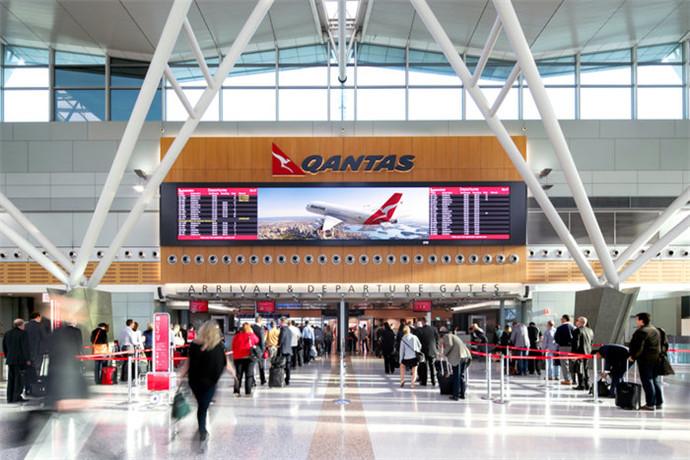 布里斯班机场是仅次于澳大利亚悉尼机场和墨尔本机场的第三繁忙的机场;从澳大利亚的首都和各主要都市都有直达布里斯班的航班;布里斯班国际机场拥有全球各大主要城市往返的航线,是澳大利亚的主要航运枢纽站;