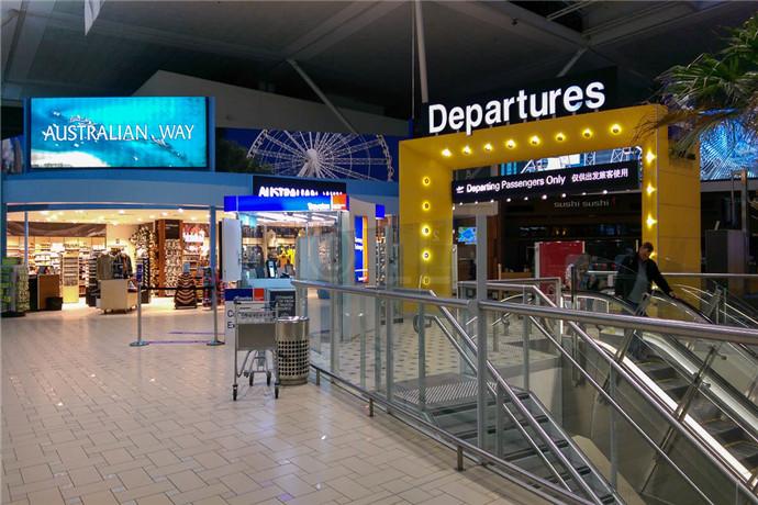 布里斯班机场(Brisbane Airport)位于布里斯班市中心东北方向 13 公里(8 英里)处 ,机场拥有不同的国际航站楼和境内航站楼,相互转机的话,两航站楼之间有火车贯通,搭乘火车约2-3分钟即可;
