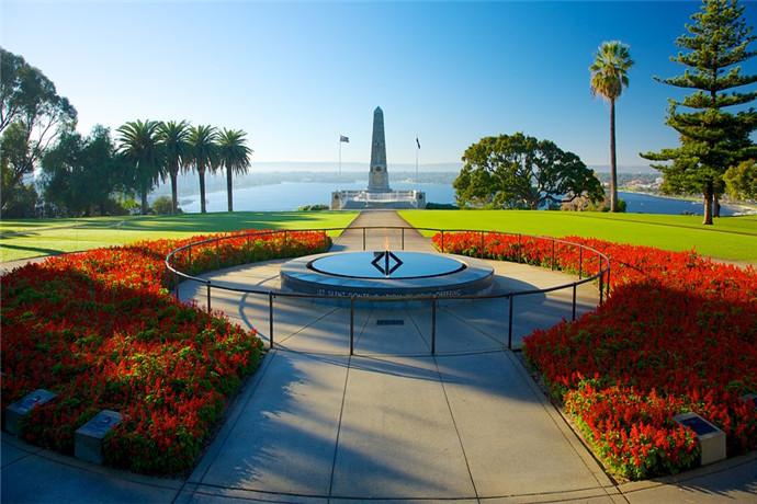 国王公园植物园 (Kings Park and Botanic Garden)是珀斯 (Perth)城的中心绿地,占地400.6公顷,毗邻天鹅河 (Swan River),距离珀斯商业中心区约1.5公里。