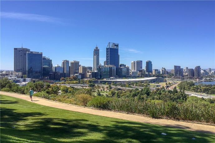 国王公园和植物园(Kings Park and Botanic Garden)展示了西澳大利亚州的各种珍贵植物。这是一个野餐、散步、举办文化和纪念活动的胜地。公园中接近三分之二的部分都是天然的原始林地,其中包含着319种当地原生植物和大约80种鸟类。