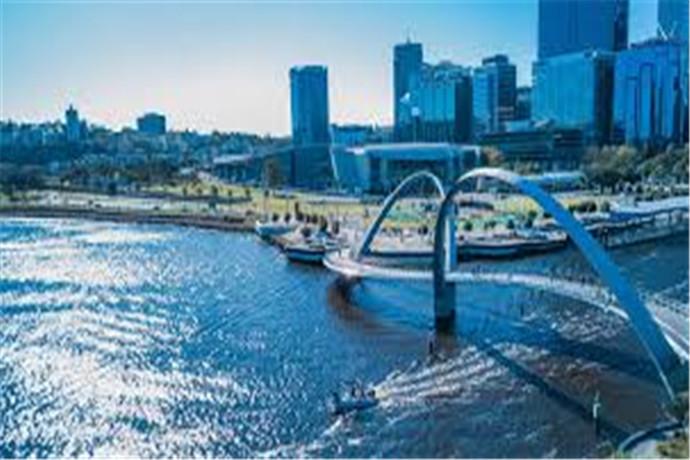 天鹅河(Swan River)是西澳大利亚州首府珀斯(Perth)最重要的河流,它流经城市,将珀斯分为南北两部分。天鹅河名字的由来是因为当年荷兰航海家首次踏西澳这片神奇的土地时,被河边独特而美丽的黑天鹅所吸引,随即将这条河命名为天鹅河。