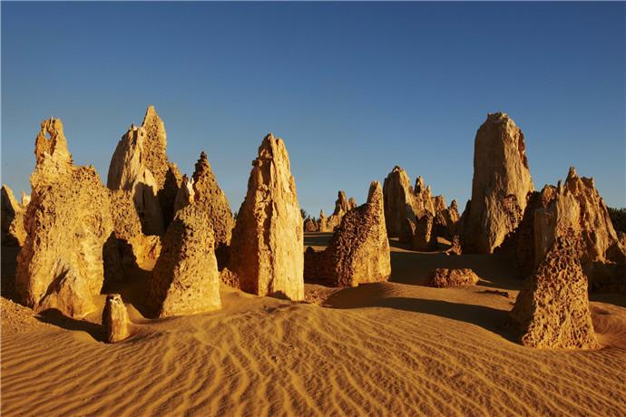 南邦国家公园内的尖峰石阵林立在风景优美的珀斯海岸线北部,在这里可以邂逅古老的沙漠雕塑。