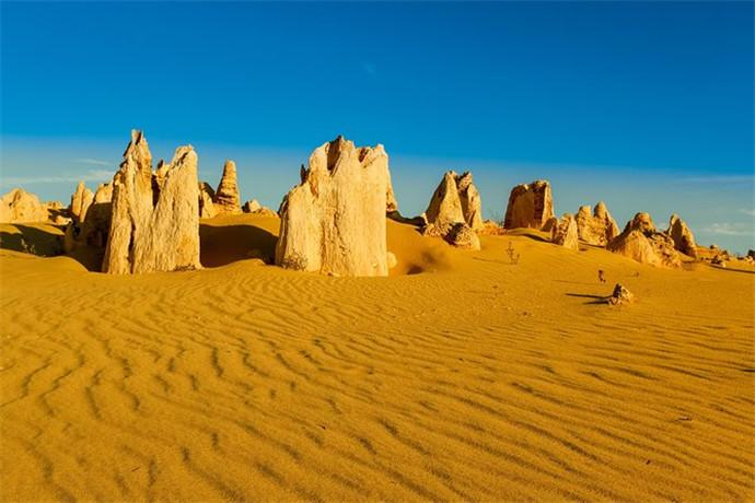 风景优美的散步小路和驾驶车道蜿蜒着经过尖峰石阵古老的石灰岩柱,有的甚至几米高。它们的数量众多,散布在沙漠里,形成的景观神秘诡异,与周围环境格格不入。有些高达三米五,有些从凹凸不平的地方断开,还有一些是圆形穹顶,看起来很像墓碑。