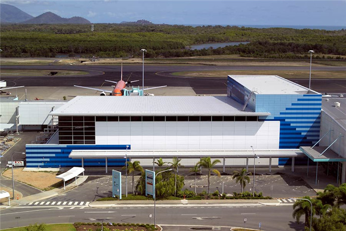 凯恩斯国际机场(Cairns International Airport),位于澳大利亚昆士兰州首府凯恩斯市西北以北4.3公里处,距离凯恩斯中央商业区仅7公里。