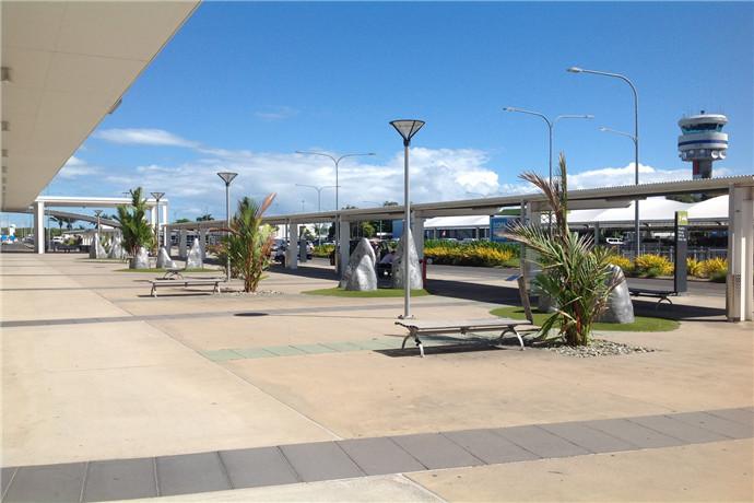 凯恩斯机场是澳大利亚第七繁忙的机场,将全世界旅客与澳大利亚的必去景点之一大堡礁相连,也是澳洲领先的支线机场之一;同事也是北部昆士兰主要的国际和国内交通枢纽;