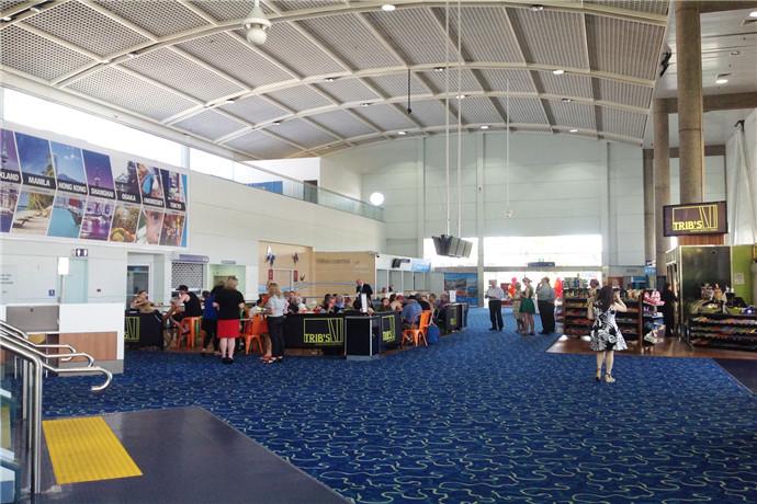 凯恩斯机场始建于1928年,机场有两座位于机场东边的客运航站楼,即国内航站楼和国际航站楼;机场设有购物设施,包括库存充足的JR/Duty Free商店中尽享世界顶级免税购物体验;