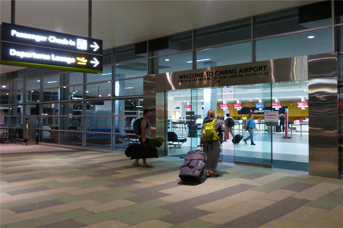 凯恩斯机场有两个航站楼,其中T1是国际航班,T2是国内航班;T1和T2之间有一条带屋顶的廊道相连;机场年客运量超过350万人次,为超过20家航空公司运营的国内外航线提供服务;对于国际航线,凯恩斯机场有往返新加坡、东京、大阪、香港、等地的的多条直飞航班,和往返奥克兰、上海和广州的季节性航班;
