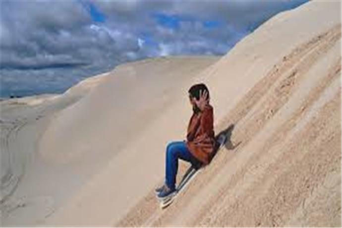 兰斯林沙丘是西澳州最大的沙丘,湛蓝而清澈的海水在这里只能算配角,这里的主角是一个个连绵的沙丘,不同于北非撒哈拉大沙漠的苍凉壮阔,也不像新疆塔克拉玛干沙漠的绵延无际、荒无人烟,这里的沙丘更白更细腻,而且就位于海边,一边是蔚蓝的印度洋,一边是洁白的沙漠,强裂的对比在这里却融合得是那么的自然那样的惊艳。