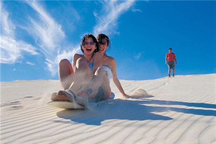 要想品尝冒险的滋味, 再注入肾上腺素, 就去珀斯 (Perth) 以北的兰斯林 (Lancelin) 沙丘吧。在这里, 你可以去沙下巨大的45度角沙丘, 这是最大的西澳大利亚州。在土自行车或四轮驱动中打沙子。从山峰上, 您将获得兰斯林 (Lancelin)、周边农田、沙山和海岸线的全景。