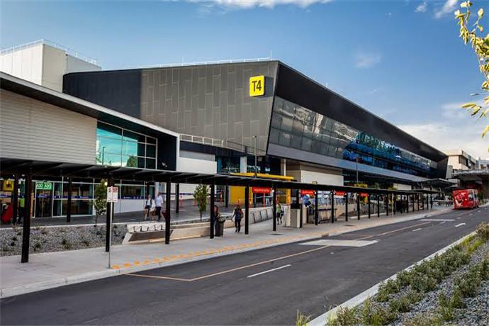 墨尔本机场(Tullamarine Airport )位于墨尔本市区西北方向,距离市区25分钟车程,是一座民用机场;目前,墨尔本机场拥有4座航站楼:1座国际航站楼和3座国内航站楼。