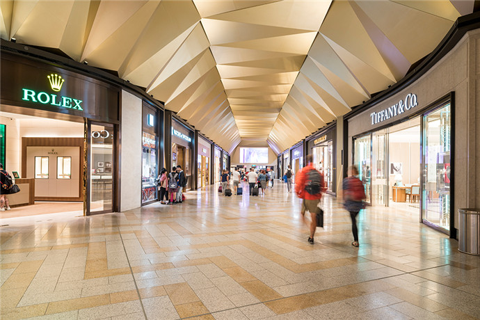 墨尔本是著名的时尚购物之都。在墨尔本机场,您购物的步伐自然也停不下来;目前墨尔本机场引进了各类世界顶级品牌,带给您最高级别的购物享受。