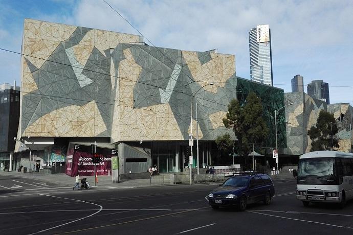 墨尔本联邦广场的独特设计曾获得1997年的伦敦雷博建筑设计大奖,同年,联邦政府、州政府投资4亿3千万澳币动工修建,2002年10月主体工程竣工,对公众开放,全部工程预计2003年投入使用。联邦广场已成为墨尔本市内世界著名的观光景点之一。