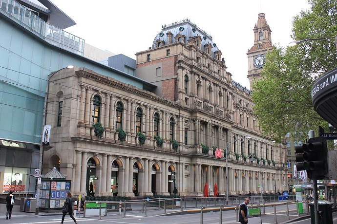 每月会有免费音乐表演,定期的市政厅免费参观导赏(英文),游客可以坐到议会的座席上感受管理城市的气氛。