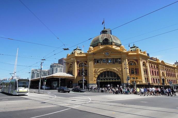弗林德斯街站,是澳大利亚最早的火车站,集合所有城市火车的换乘,如同墨尔本发散型火车网络的圆心。这幢百年的米黄色文艺复兴式建筑物,已成为墨尔本的著名标志。